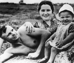 Гагарин с семьёй