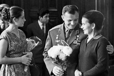 Юрий с женой и матерью Валентины Терешковой.
