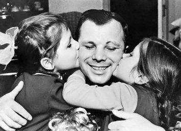 Гагарин с дочерьми. Еленой и Галиной
